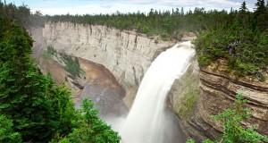 Parc national d'Anticosti, chute Vauréal. Crédit photo : Dominic Boudreault, Sépaq Anticosti