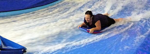 Nathalie Beauchamp sur un bodyboard
