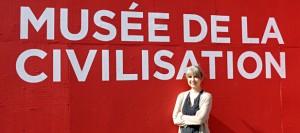 Nathalie Deschênes devant le Musée de la Civilisation à Québec